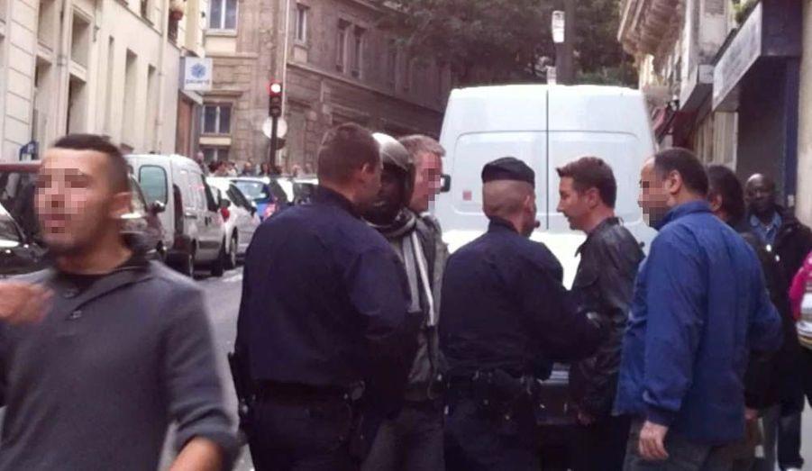 """Mardi 2 octobre, vers 18 heures 30, Olivier Besancenot est intervenu lors d'un contrôle de police qui se déroulait au pied de son immeuble, dans le quartier de Barbès. Selon les nombreux témoins, l'interpellation d'un vendeur de maïs à la sauvette se déroulait de façon """"très brutale"""" - au point que plusieurs passants ont tenté de s'interposer. Scandalisé, l'ancien candidat à la présidentielle s'est précipité dans la rue, où une brève mais vigoureuse altercation l'a alors opposé aux forces de l'ordre. ParisMatch.com s'est procuré les images de cette scène. Ici, cerné par plusieurs policiers, Olivier Besancenot tente de sa faire entendre."""