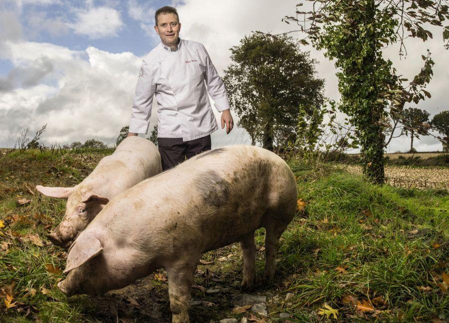 SYLVAIN BESSIERRE Charcutier-traiteur à Rennes Chez l'un de ses éleveurs de porcs bretons, à Saint-Jean-sur-Vilaine (Ille-et-Vilaine). « La charcuterie, clame-t-il, c'est la vie ! » Aussi passionné qu'inventif, cet adepte du circuit court expérimente de nouvelles recettes sans jamais trahir les traditions.