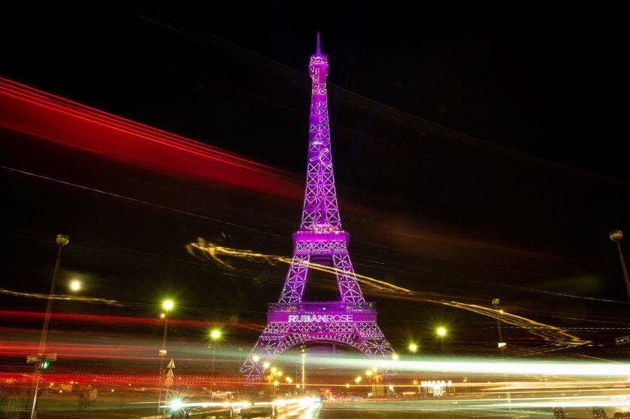La Tour Eiffel, en rose pour le lancement de la campagne d'Octobre rose.
