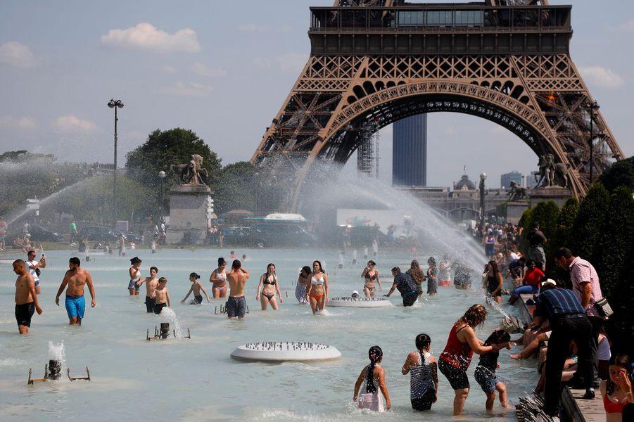 Enfants, touristes, Parisiens et même chiens…beaucoup se sont baignés dans les fontaines de la Ville Lumière, lundi et mardi.