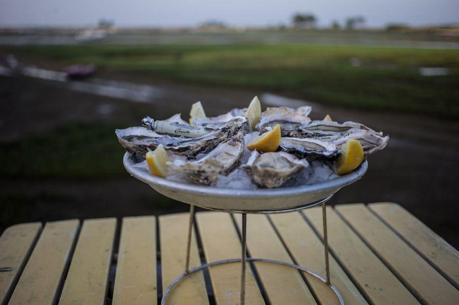 Une adresse incontournable pour déguster des huîtres en fin de journée : la Cabane de Mimbeau.