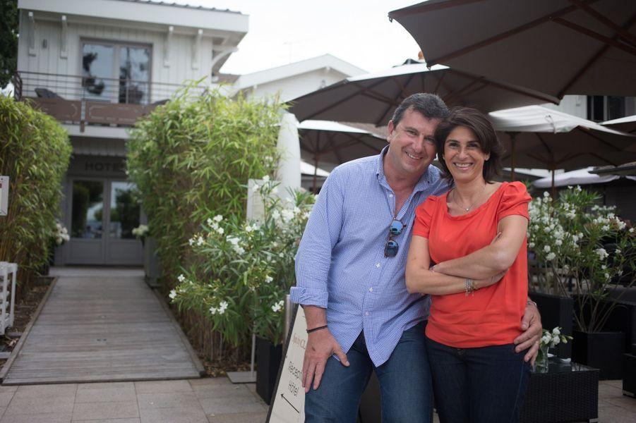 L'animateur-producteur Pascal Bataille et son épouse la décoratrice Adra Bataille posent devant leur charmant hôtel le Côté Sable face à la mer.