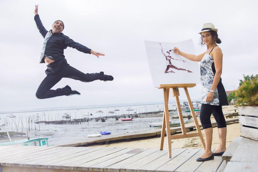 Maria, peintre et sculptrice, et Stéphane, danseur, réalisent ensemble des performances artistiques. Ils posent sur le ponton d'une cabane de dégustation : La Canfouine, au Canon.