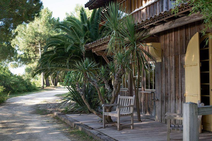 Les cabanes deBenoît Bartherotte. En bois, hyper simples mais hyper chics, avec vue sur l'océan, et louées à prix d'or.