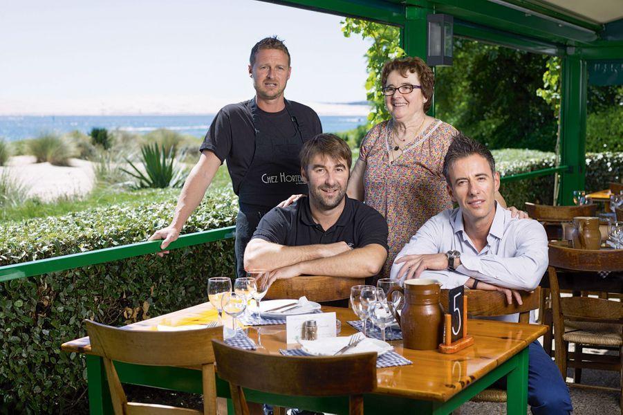Bernadette Lescarret est la patronne de Chez Hortense, le restaurant de sa grand-mère, une institution à la pointe du Ferret. Dans son équipe (de g.à dr.), ses deux fils, Olivier et François, et Frédéric, son neveu.