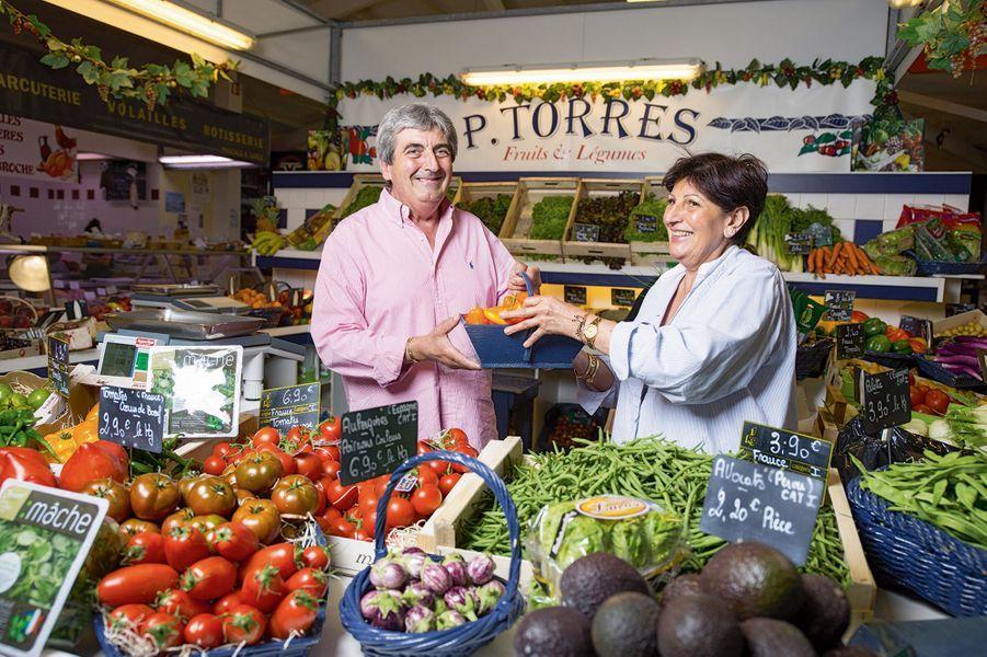 Paquita et Alain Torres ont repris le commerce de leurs parents... qui vendaient déjà des légumes aux stars. Mais ce n'est pas ici qu'ils cultivent leur jardin : rien ne pousse sur le sable.
