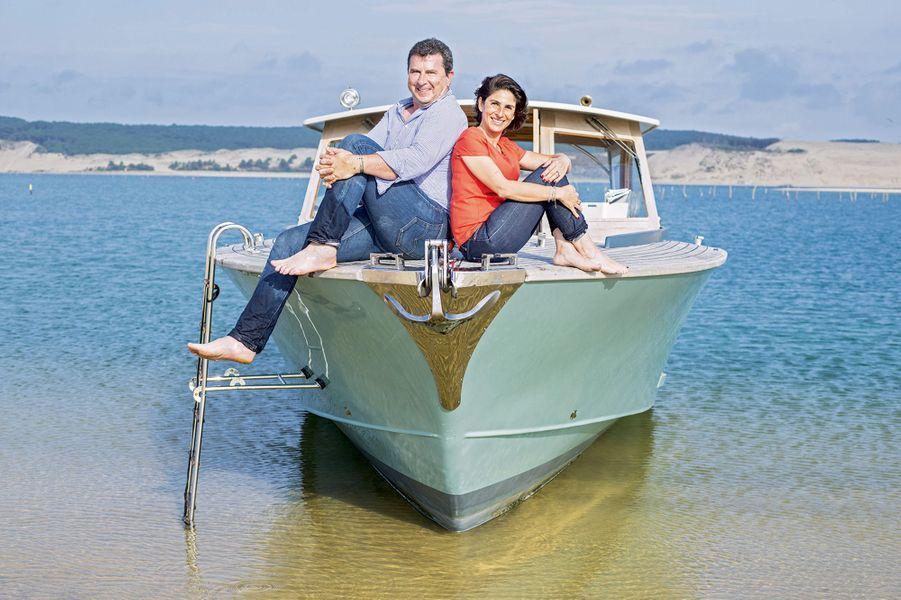 Pascal et Adra Bataille tiennent l'hôtel le plus huppé du Cap Ferret, le Côté Sable. Et le bateau profite aussi à leurs hôtes