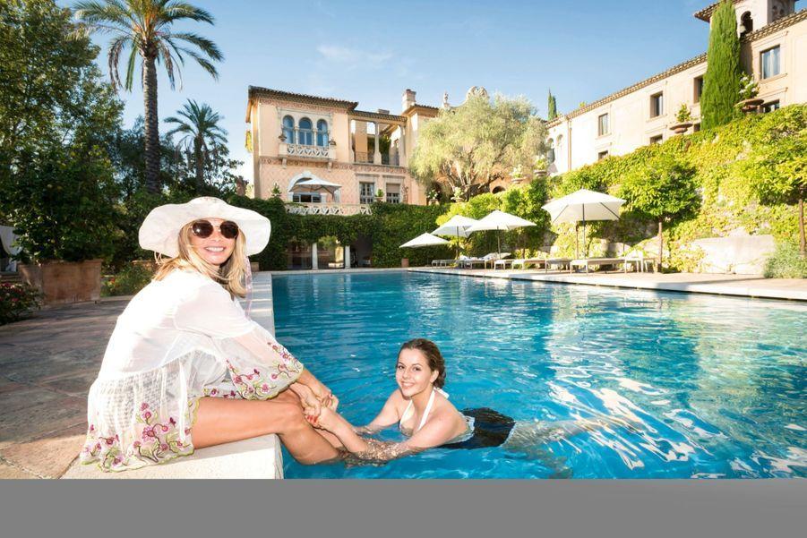 Pause fraîcheur pour Monica et sa fille, Lou-Adèle.