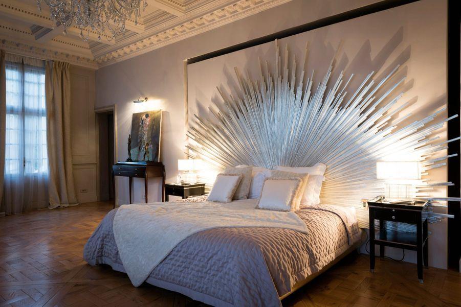 La chambre de maître, avec une tête de lit en vermeil et une reproduction du « Baiser » de Gustav Klimt