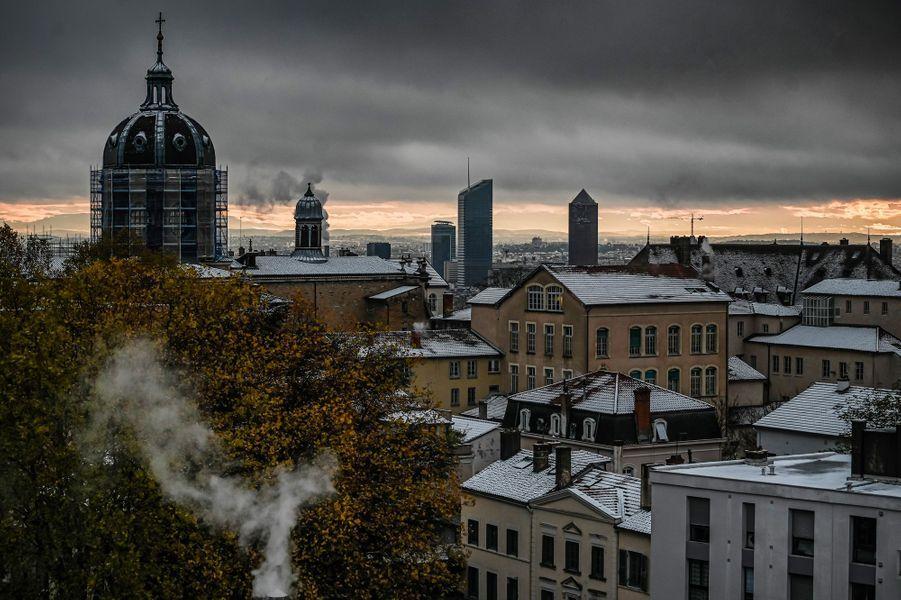 Les toits de Lyon saupoudrés de neige, vendredi.
