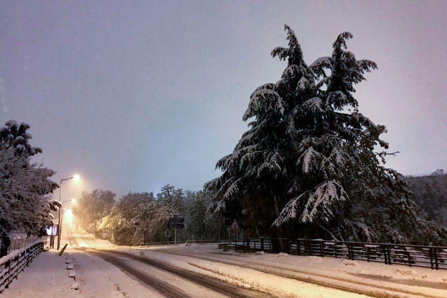 Neige à l'entrée de Saint-Etienne, jeudi.