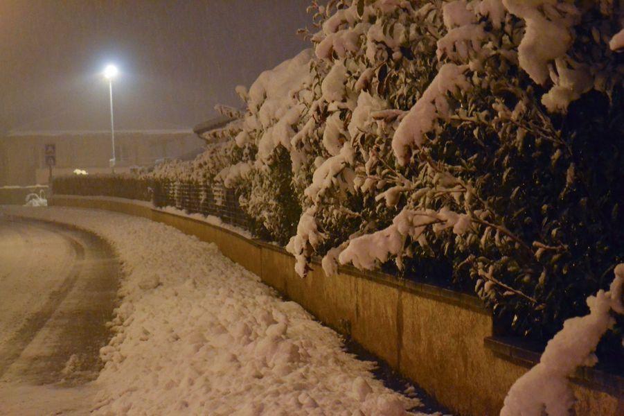 Neige à Saint-Jean-Bonnefonds, près de Saint-Etienne, vendredi.