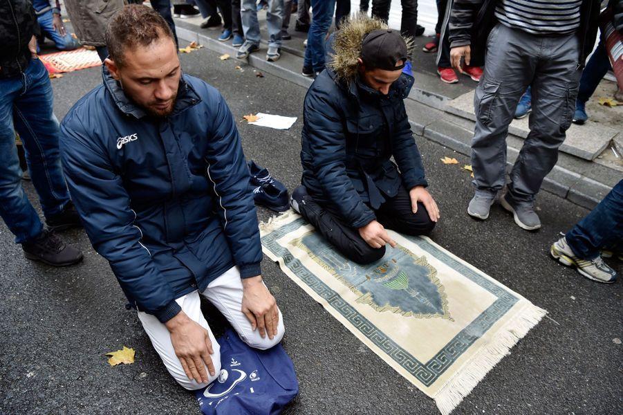 Une centaine d'élus ont défilé pour tenter d'empêcher des fidèles musulmans de faire leur prière dans la rue, le 10 novembre 2017