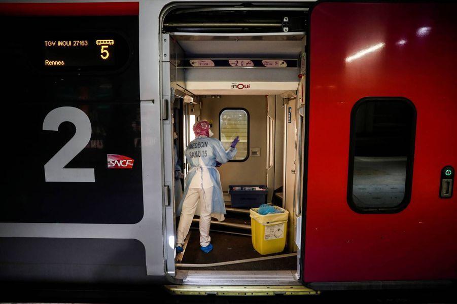 Deux TGV médicalisés ont évacué de Paris, vers la Bretagne, 36 malades du coronavirus en réanimation, le 1er avril 2020.