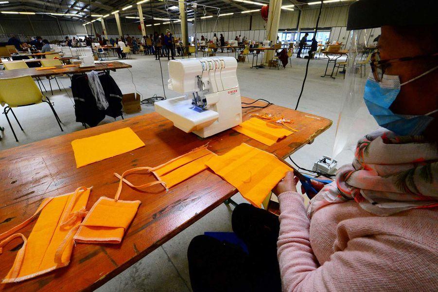 Le Parc des exposition deLa Teste-de-Buch (Gironde) a été transformé en atelier pour la fabrication de près d'un million de masques en tissu lavables