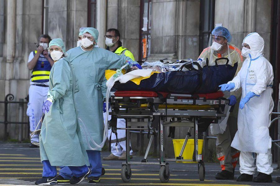 Un TGV médicalisé parti vendredi matin de Strasbourg avec 24 malades du Covid-19 est arrivé en fin de journée àBordeaux, après un arrêt à Poitiers