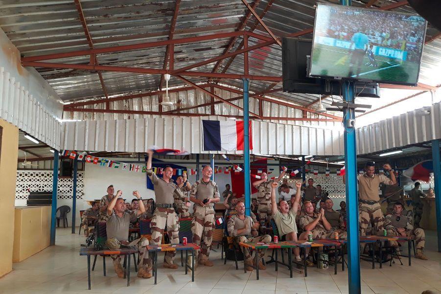 Des militaires français de l'opération Barkhane assistent au match des Bleus à Gao, au Mali.