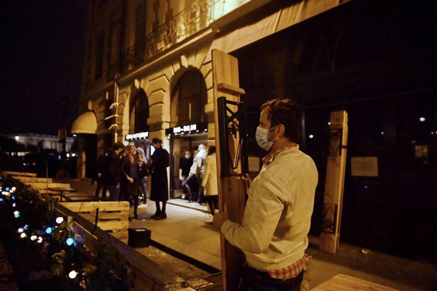 Dans les rues de Paris avant le couvre-feu, le 16 octobre 2020.