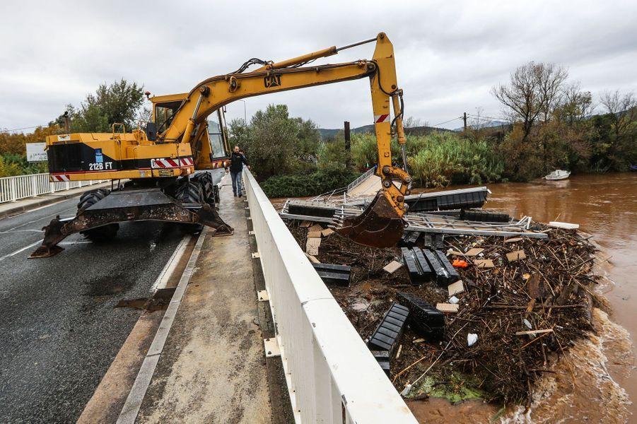 Les débris d'un ponton sont retirés de la rivière, à Fréjus, le 11 octobre 2018