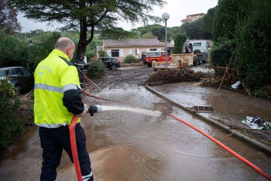 Les rues sont nettoyées après le passage de la tempête à Roquebrune-sur-Argens, le 11 octobre 2018