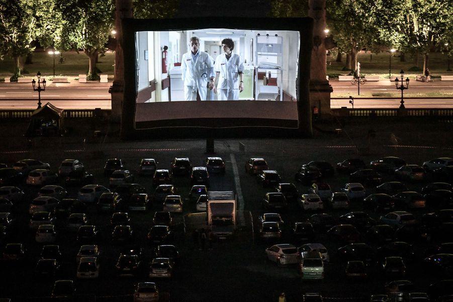 """Photo prise à Bordeaux pendant la diffusion en mode Drive In du film """"Hippocrate""""."""