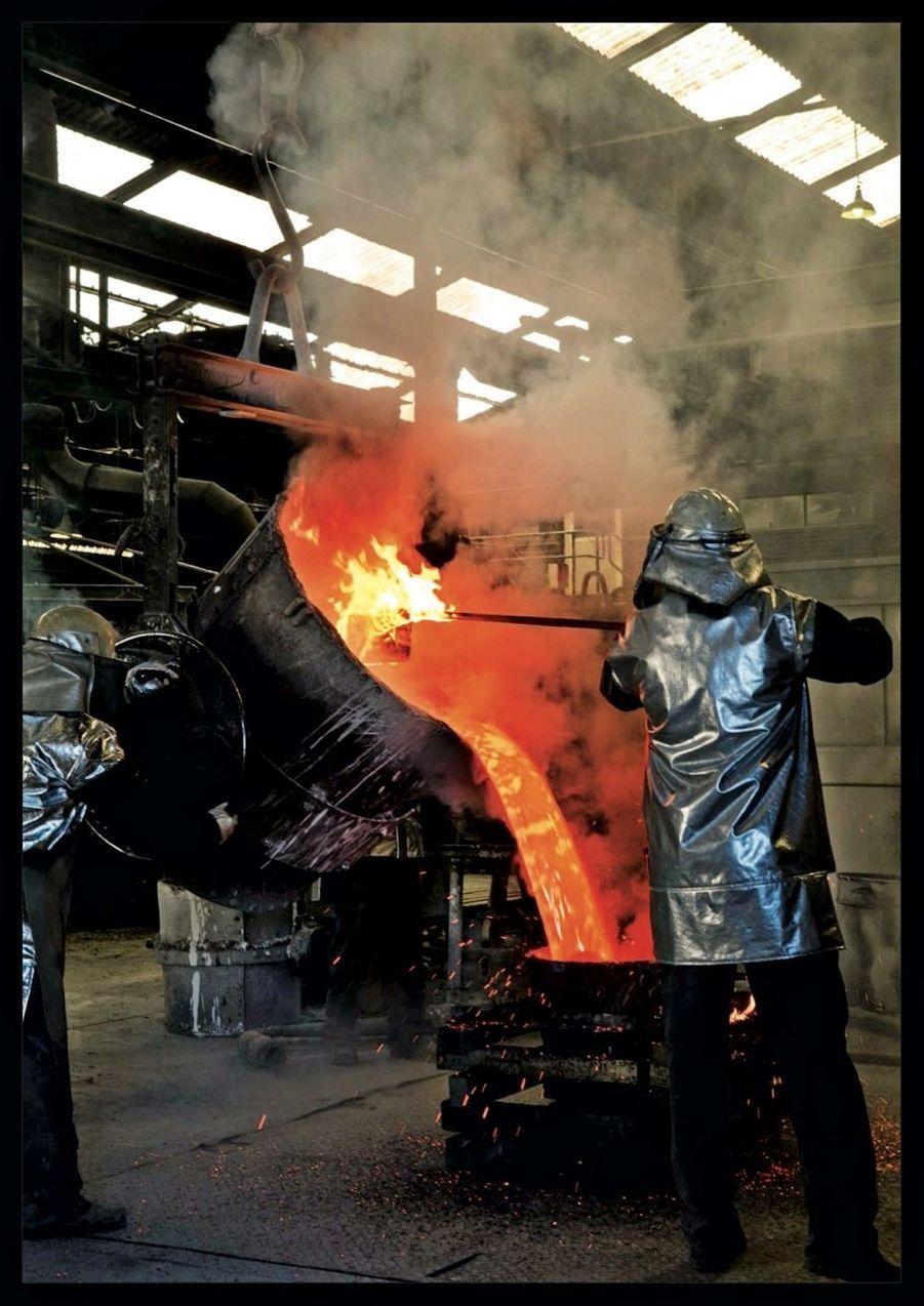 Fabrication du mât central : le bronze est coulé dans les usines Les Bronzes d'Industrie, à Amnéville.