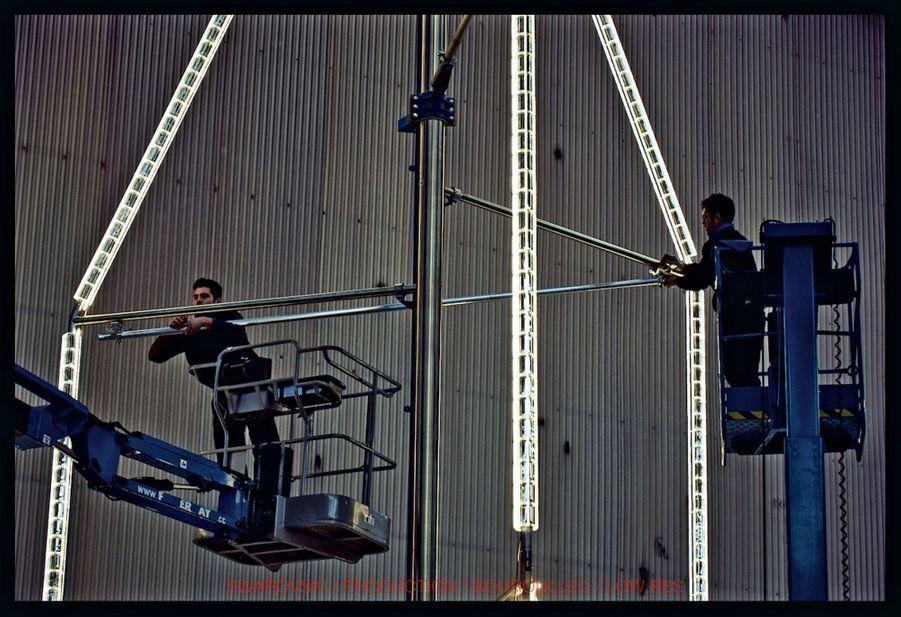 Dans les ateliers Swarovski à Wattens (Autriche) : la fontaine est mise en position verticale pour la première fois. En tout, 5 360 pièces ont été assemblées.
