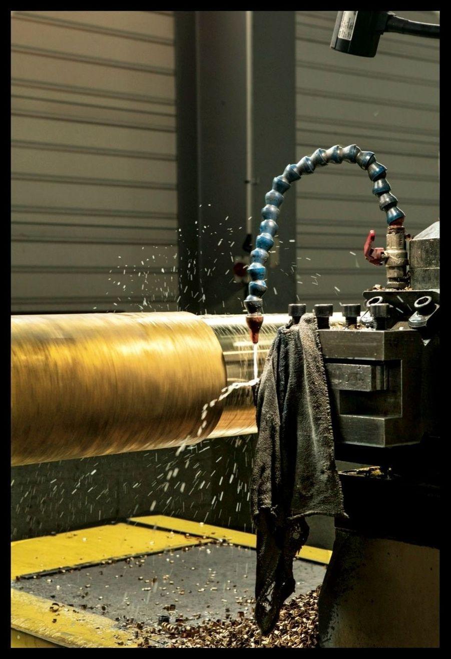 L'usinage et le polissage des mâts des fontaines.