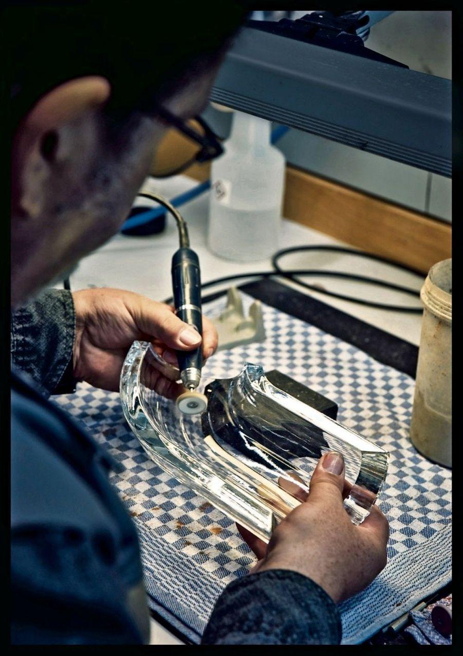 Séance de polissage du cristal : il a été pensé pour résister aux intempéries, aux chocs et à la pollution urbaine.