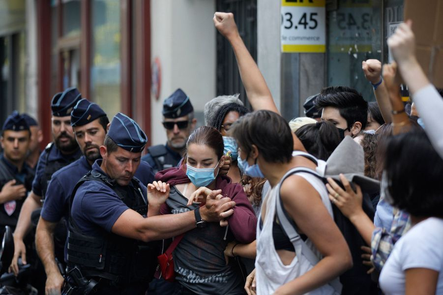 Une vingtaine de militantes féministes se sont rassemblées près du ministère de l'Intérieur contre la nomination à l'Intérieur deGérald Darmanin, visé par une plainte pour viol.