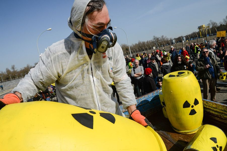 Entre 700 à 1 000 militants anti-nucléaires, selon la police et les organisateurs, ont défilé dimanche àFessenheim