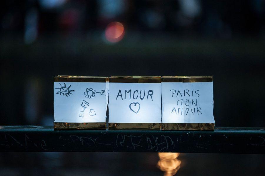 3 500 lanternes aux couleurs bleu, blanc et rouge ont été déposées dans le canal Saint-Martin dimanche