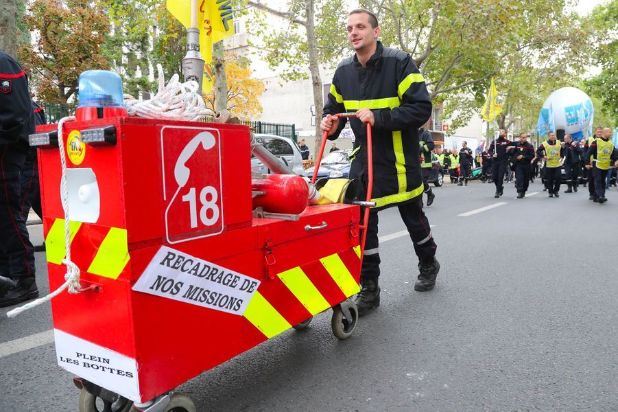 """Entre 5.000 et 10.000 pompiers professionnels, selon les syndicats, manifestaient mardi après-midi à Paris pour dénoncer le manque d'effectifs et de reconnaissance d'une profession """"livrée à-elle même"""" face à l'explosion des demandes de secours et d'assistance."""
