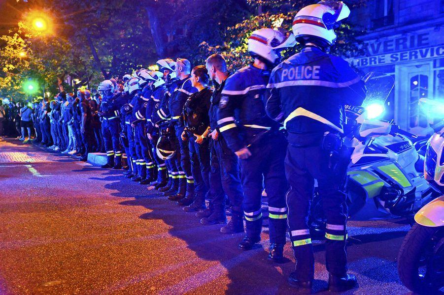 Plus de 200 policiers se sont réunis vendredi soir devant leBataclanà Paris pour protester contre les accusations de violences policières et de racisme à l'encontre de leur profession, et dénoncer un manque de soutien de l'Intérieur.