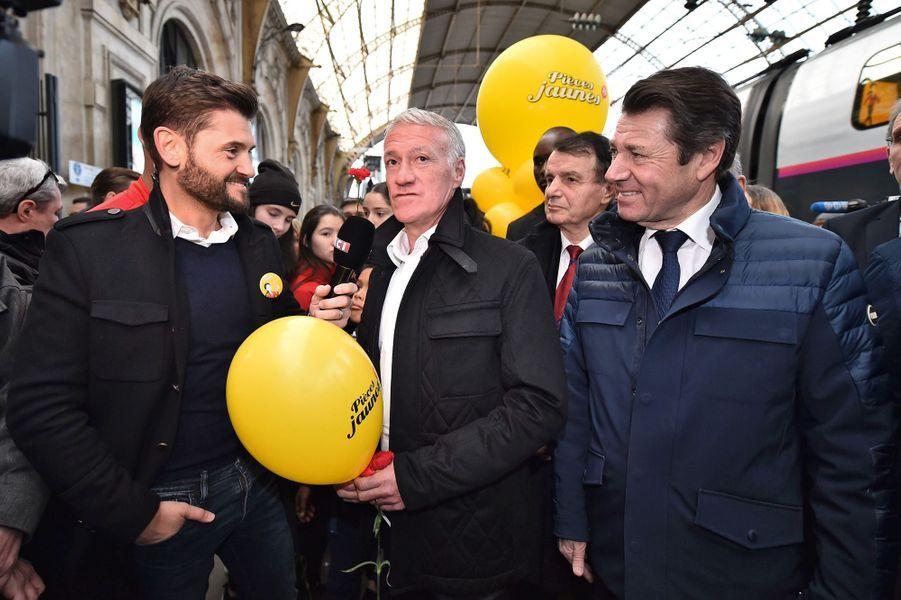 Didier Deschamps, entouré de Christophe Beaugrand et Christian Estrosi, samedi à la gare de Nice pour le départ du train «collecteur de Pièces jaunes».