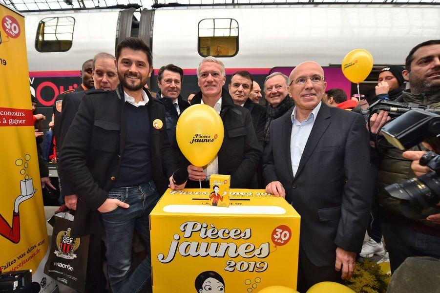 Didier Deschamps, entouré de Christophe Beaugrand et Eric Ciotti, samedi à la gare de Nice pour le départ du train «collecteur de Pièces jaunes».
