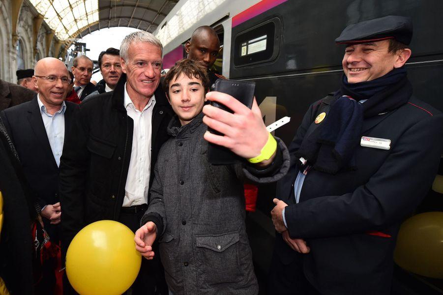 Didier Deschamps samedi à la gare de Nice pour le départ du train «collecteur de Pièces jaunes».