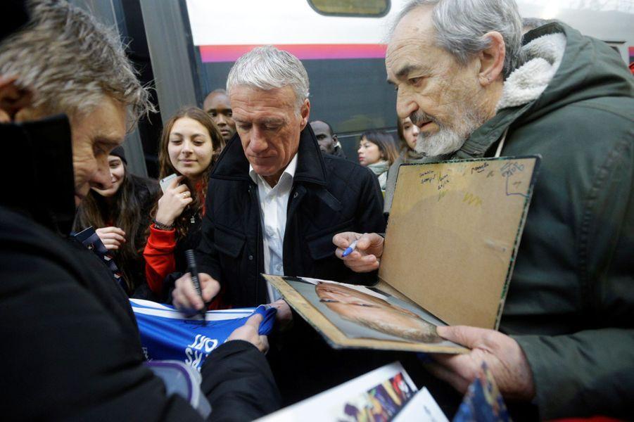 Didier Deschamps, samedi à la gare de Nice pour le départ du train «collecteur de Pièces jaunes».