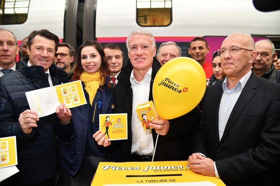 Didier Deschamps, entouré de Christian Estrosi et Eric Ciotti, samedi à la gare de Nice pour le départ du train «collecteur de Pièces jaunes».