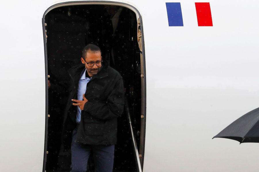 Les ex-otages français libérés par les forces spéciales françaises dans le nord du Burkina Faso sont arrivés samedi sur la base aérienne de Villacoublay (Yvelines) où ils ont été accueillis par le chef de l'Etat EmmanuelMacron.