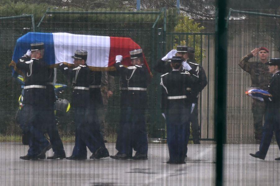 Le cercueil d'Arnaud Beltrame à l'aéroport de Carcassonne mardi en fin de journée.