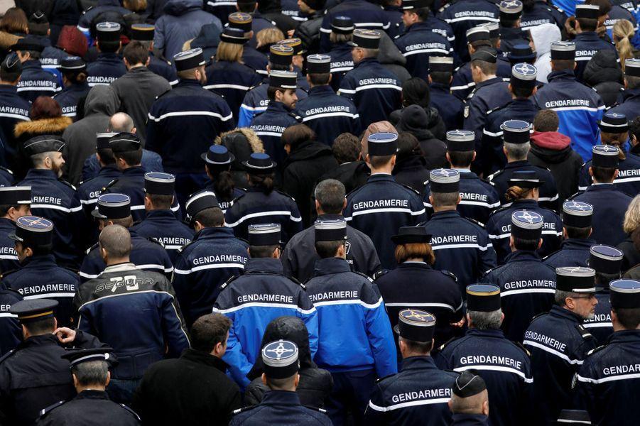 Une minute de silence a été respectée devant les préfectures, les gendarmeries et les commissariats.