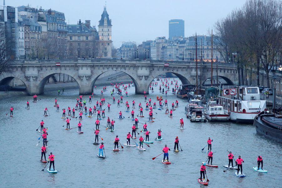Plus de 700 personnes ont parcouru la Seine le 3 décembre 2017 à Paris