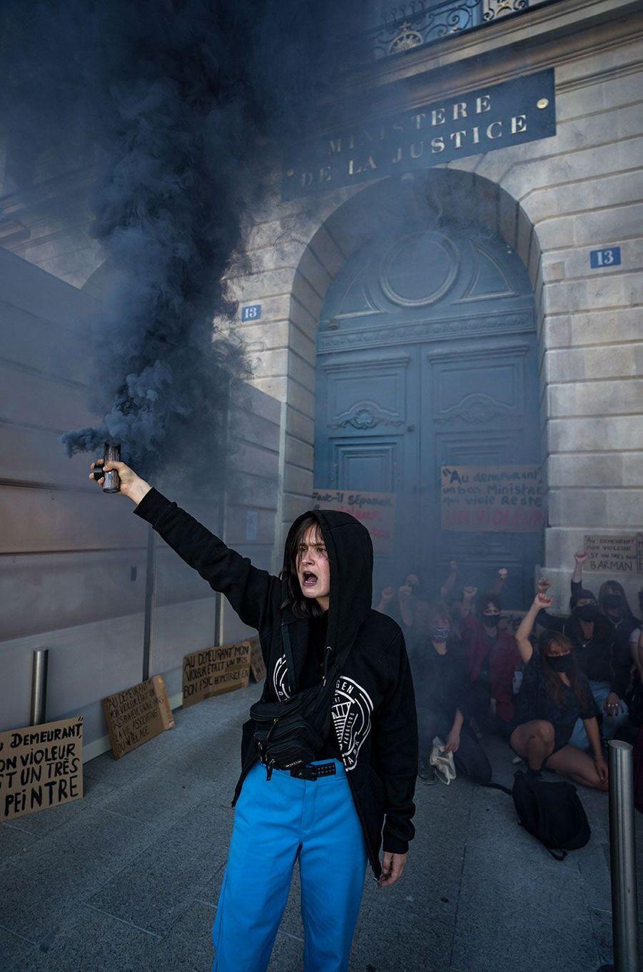 Une cinquantaine de militantes féministes ont brièvement manifesté lundi soir devant le ministère de la Justice à Paris.