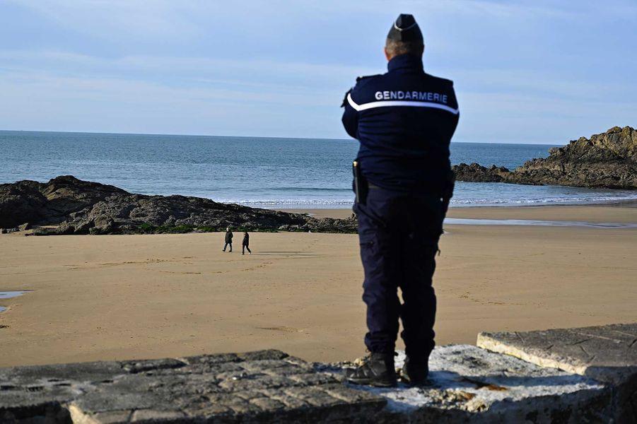 Un gendarme surveille une plage à Saint-Lunaire, en Bretagne