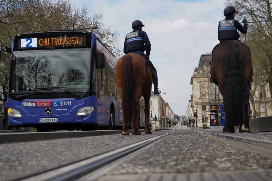 Des policiers patrouillent à Tours