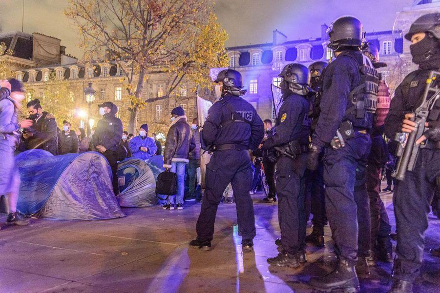 Un camp de migrants improvisé place de la République à Paris a été violemment démantelé par les forces de l'ordre dans la nuit de lundi à mardi.