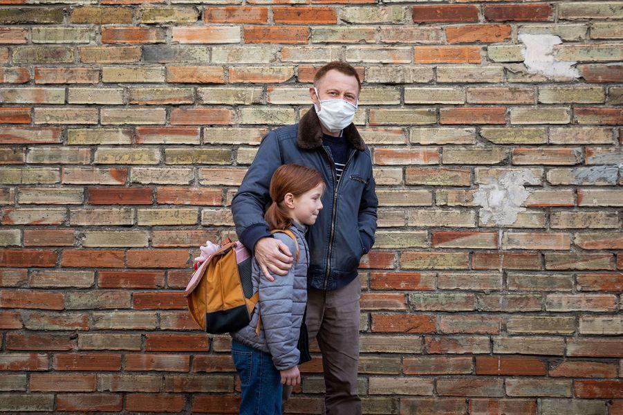 Un père et sa fille, mardi, sur le chemin de l'école.