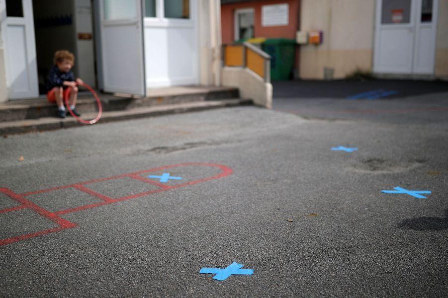 """Ici à Saint-Sebastien-sur-Loire, une cour d'école du """"monde d'après""""."""