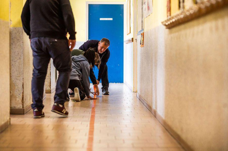 A Perpignan, dans le groupe scolaire Blaise Pascal, mise en place de marquage au sol.